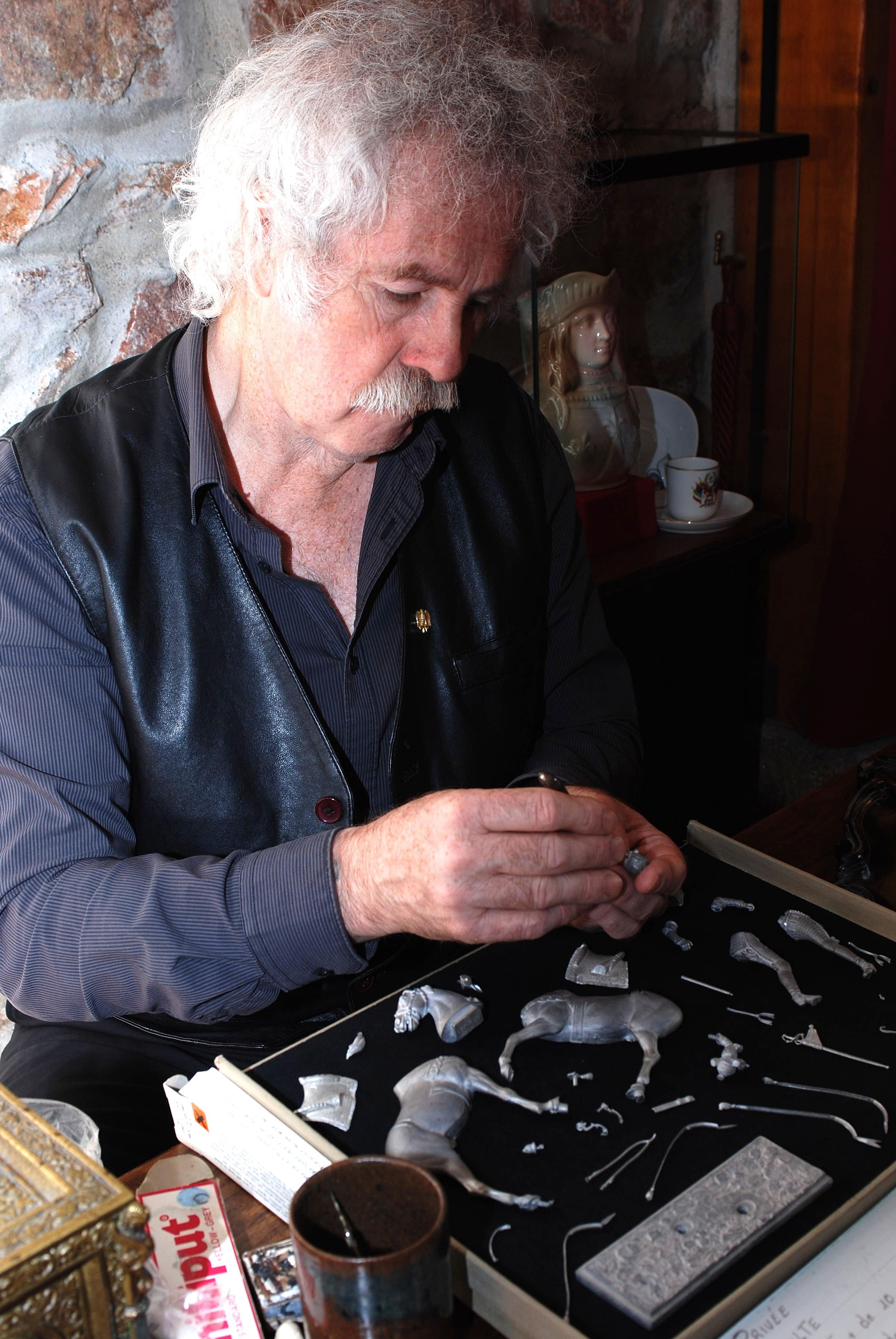Hervé Maneval à l'atelier , préparation des figurines en métal, Ciselure transformations, et création .